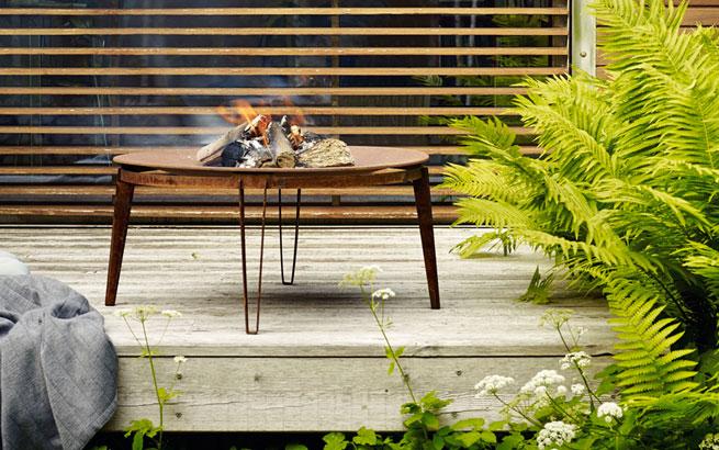 feuer im garten lagerfeuerromantik vorm haus. Black Bedroom Furniture Sets. Home Design Ideas