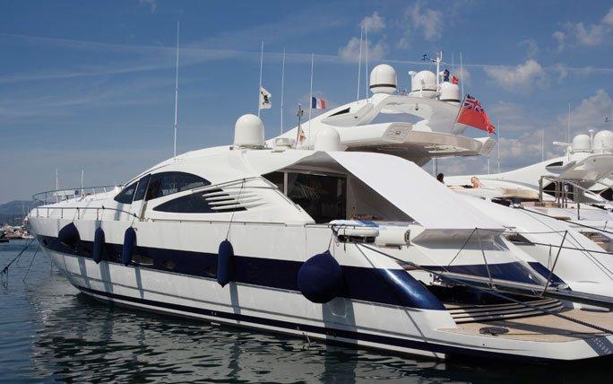 luxus yacht im hafen von st tropez. Black Bedroom Furniture Sets. Home Design Ideas