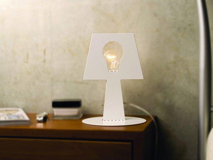 ausgefallene tischlampe aus lackiertem metall. Black Bedroom Furniture Sets. Home Design Ideas
