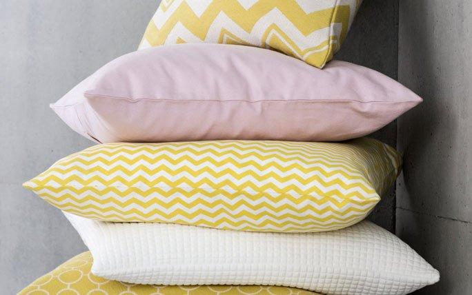 wohnzimmer deko kissen in pastell als farbtupfer. Black Bedroom Furniture Sets. Home Design Ideas