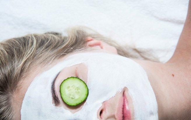 Im Winter leidet die Haut im Gesicht unter der kalten Luft. Extra-Pflege ist nötig. Wir zeigen Ihnen die besten Masken für verwöhnende Pflege zu Hause.