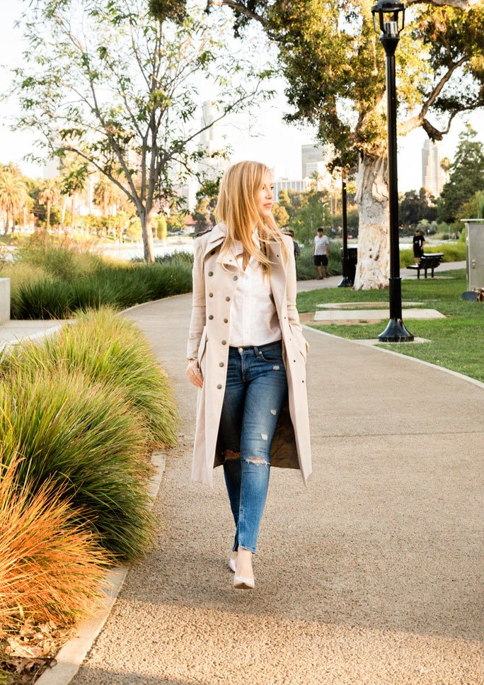 Trenchcoat-Outfit mit Jeans und Bluse