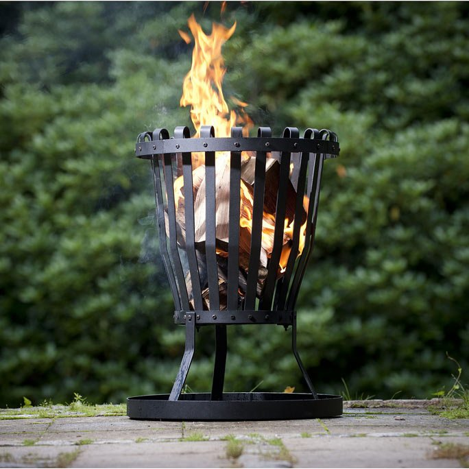 feuer im garten lagerfeuerromantik vorm haus. Black Bedroom Furniture Sets. Home Design Ideas