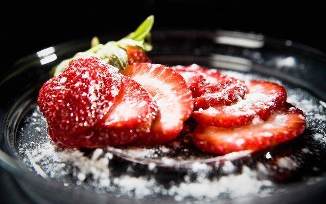 Erdbeeren schmecken mit Schlagrahm, Pfeffer oder pur. Wenn Sie aber mal etwas Anderes probieren möchten, zeigen wir Ihnen die passenden Rezepte.