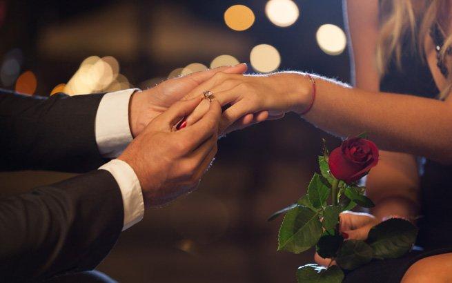 Sie planen, Ihrer Liebsten einen Heiratsantrag zu machen? Wir zeigen Ihnen die schönsten Arten, um um die Hand Ihres Schatzes anzuhalten.