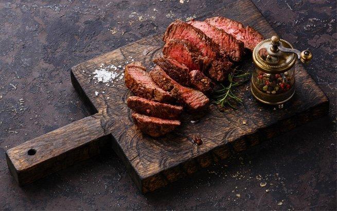 Fleisch à la Minute zuzubereiten ist eine wahre Kunst, die sich im Restaurant am feinsten geniessen lässt. Wir stellen die besten Steakhäuser Zürichs vor.