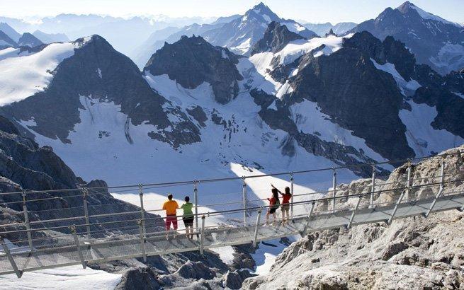 Das sind die schönsten Ausflugsziele in der Schweiz! Der Cliff Walk am Titlis ist nichts für schwache Nerven.