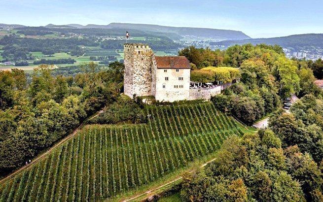 Mit ihrem Märchencharme laden sie ein zu einer Zeitreise in die Vergangenheit: Burgen und Schlösser der Schweiz. Wir zeigen Ihnen die schönsten Bauwerke.