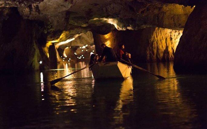 Seefahrt in den Höhlen der Schweizer Alpen