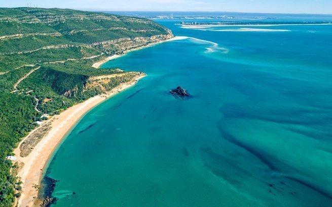 Die Algarve im Süden Portugals zieht jährlich Tausende von Touristen an. Aber auch in Nordportugal verstecken sich Strände, die noch entdeckt werden wollen.