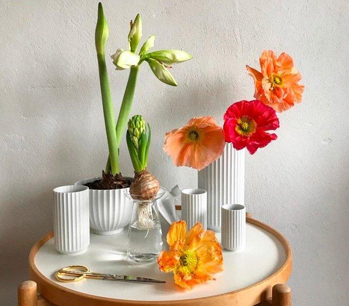 Ein Tisch voller Blumen