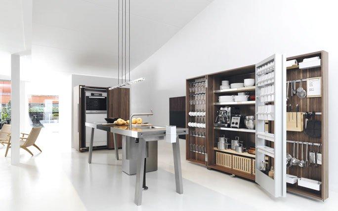 Puristische Edelstahl-Werkbank als Kücheninsel