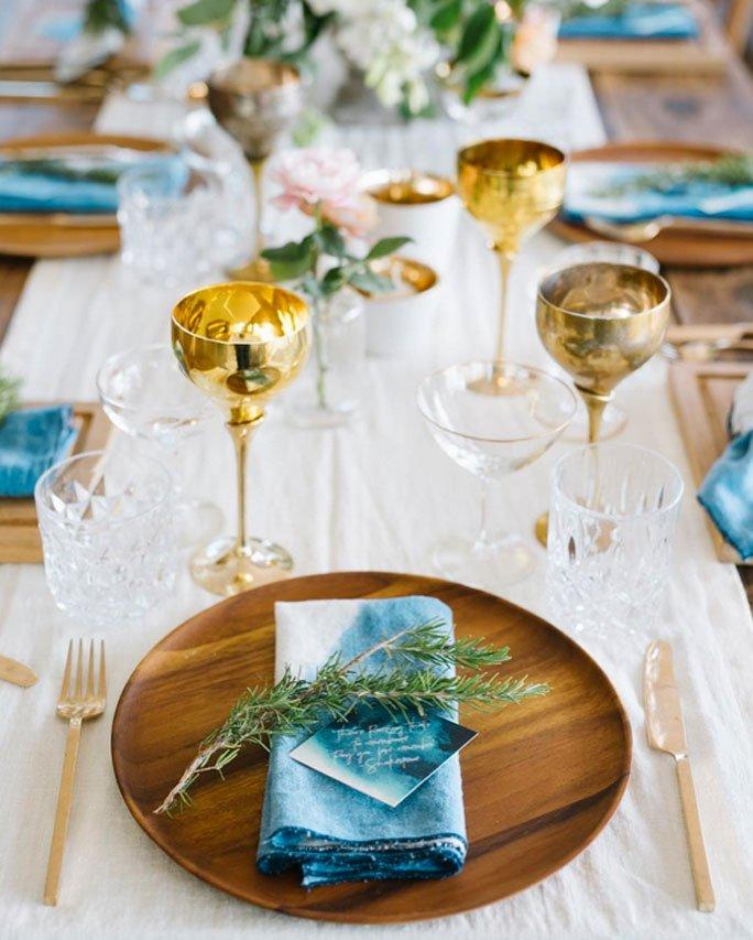 Moderne Tischdeko Mit Goldbesteck Goldkrugen Und Holztellern