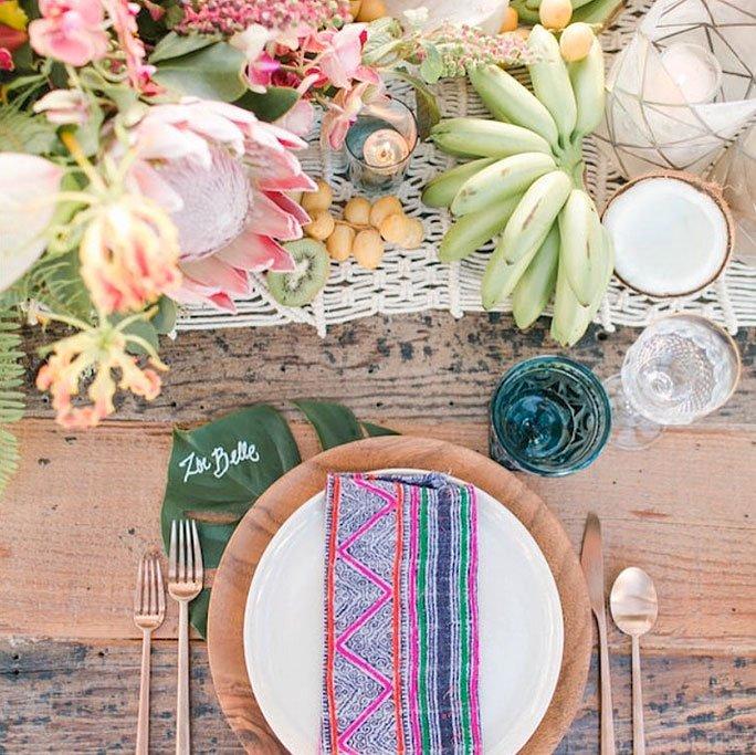 sommerdekoration f r den tisch mit exotischem obst. Black Bedroom Furniture Sets. Home Design Ideas