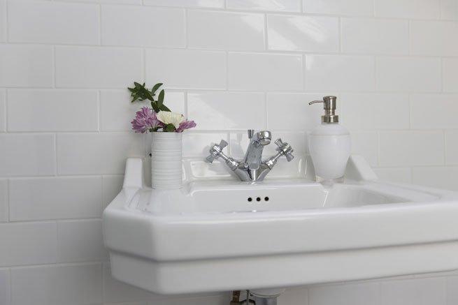 Französische einrichten im Bad: Vintage-Waschbecken mit Blumen